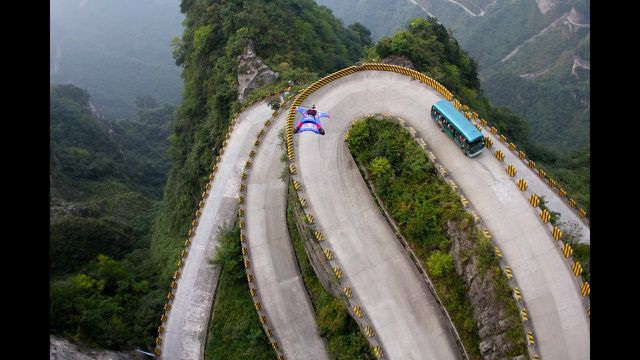 Lái moto vượt qua 999 bậc thang trong 56 giây để lên Cổng trời - 3