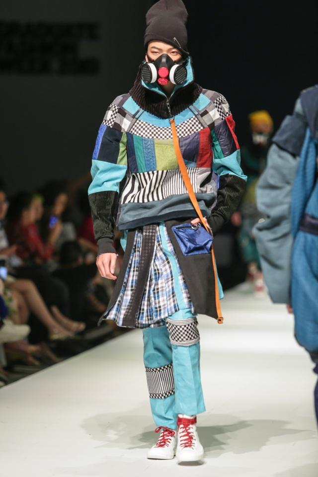 Mặt nạ phòng độc, dù, màng lọc không khí... vào bộ sưu tập thời trang sinh viên - 2