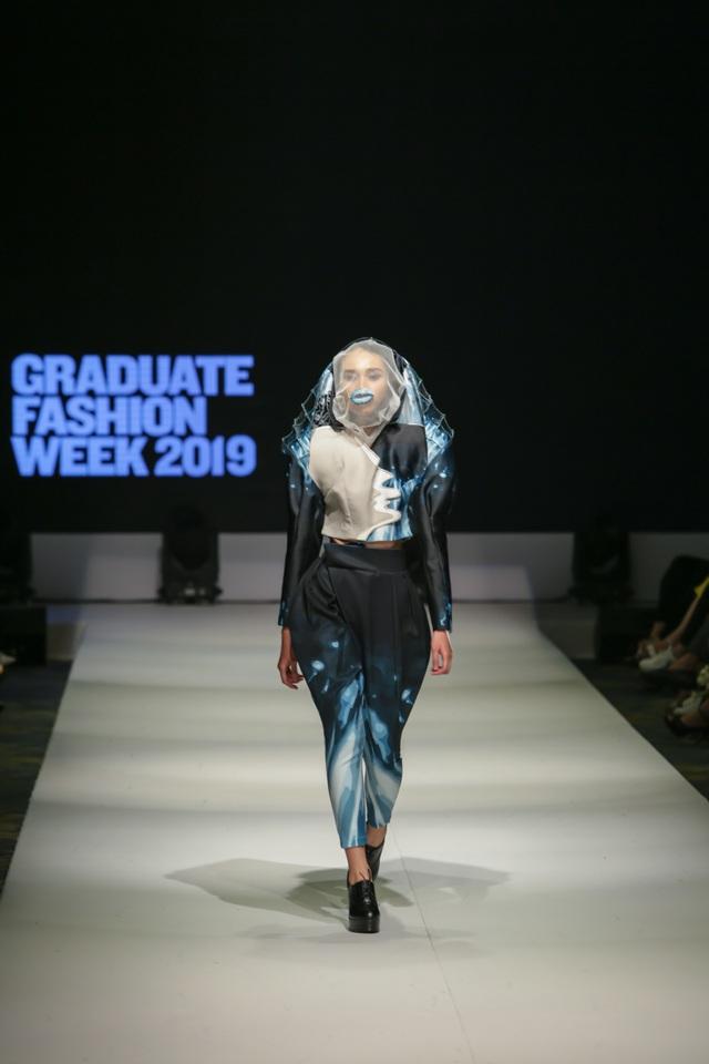 Mặt nạ phòng độc, dù, màng lọc không khí... vào bộ sưu tập thời trang sinh viên - 3