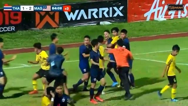 HLV U15 Thái Lan nói gì khi các học trò đấm nhau túi bụi với Malaysia? - 1