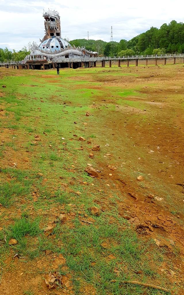 Nhiều hồ đập khô cạn chưa từng thấy do cái nóng 40 độ ròng rã nhiều tháng - 15