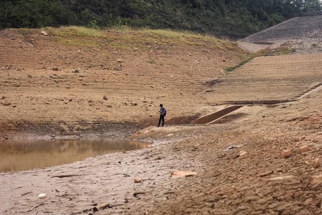 Nhiều hồ đập khô cạn chưa từng thấy do cái nóng 40 độ ròng rã nhiều tháng - 3