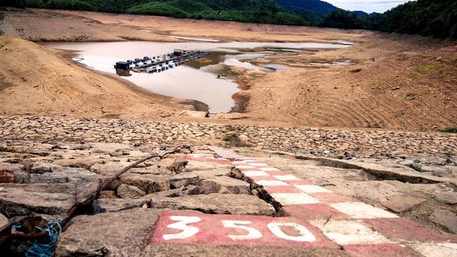 Nhiều hồ đập khô cạn chưa từng thấy do cái nóng 40 độ ròng rã nhiều tháng - 4