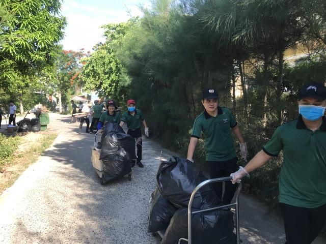 Nhân viên khách sạn Mường Thanh cùng tham gia chiến dịch làm sạch môi trường - 7