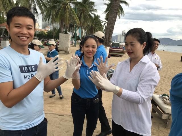 Nhân viên khách sạn Mường Thanh cùng tham gia chiến dịch làm sạch môi trường - 9