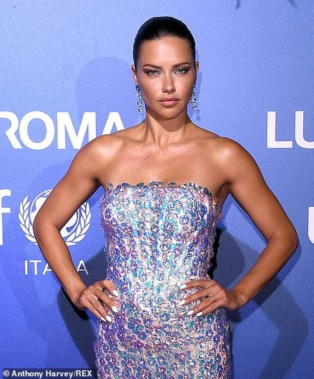 Vanessa Hudgens diện váy trễ nải khoe ngực đầy đặn - 6