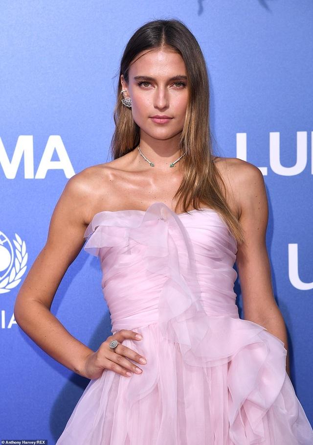 Vanessa Hudgens diện váy trễ nải khoe ngực đầy đặn - 15