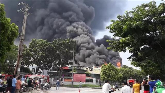 Hiện trường kho xưởng bị cháy gần trung tâm thương mại Aeon Mall Long Biên - 1
