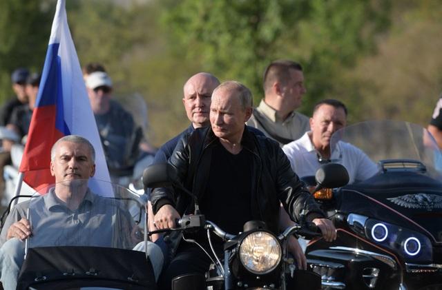 Ông Putin diện áo da, cưỡi xe máy phân khối lớn ở Crimea - Ảnh minh hoạ 2