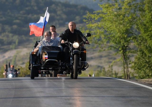 Ông Putin diện áo da, cưỡi xe máy phân khối lớn ở Crimea - 3