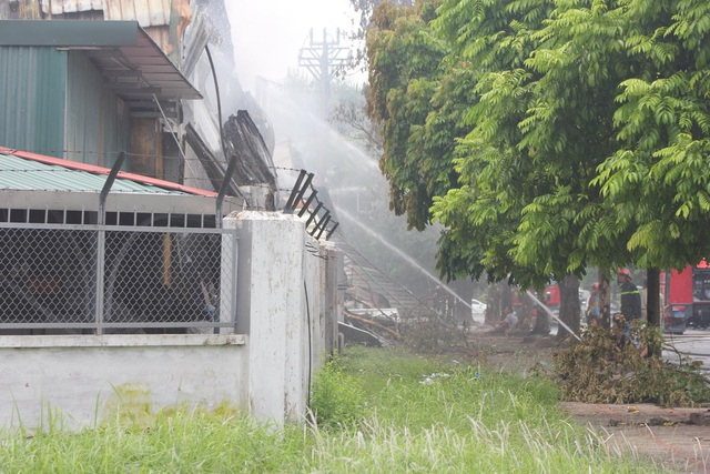 Hiện trường kho xưởng bị cháy gần trung tâm thương mại Aeon Mall Long Biên - 3