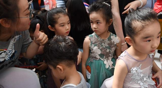 Góc nhìn cận cảnh vào công việc làm người mẫu thời trang của trẻ nhỏ - Ảnh minh hoạ 6