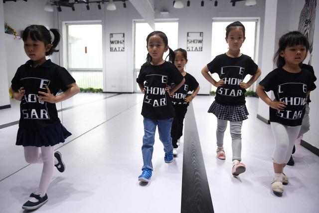 Góc nhìn cận cảnh vào công việc làm người mẫu thời trang của trẻ nhỏ - Ảnh minh hoạ 8
