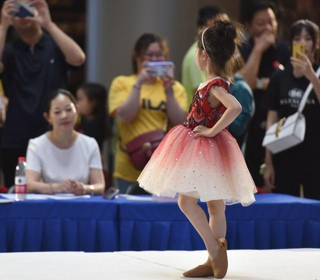 Góc nhìn cận cảnh vào công việc làm người mẫu thời trang của trẻ nhỏ - Ảnh minh hoạ 11