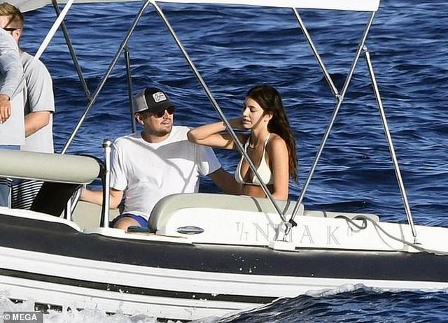 Leonardo DiCaprio và bạn gái tình tứ trên du thuyền - 2