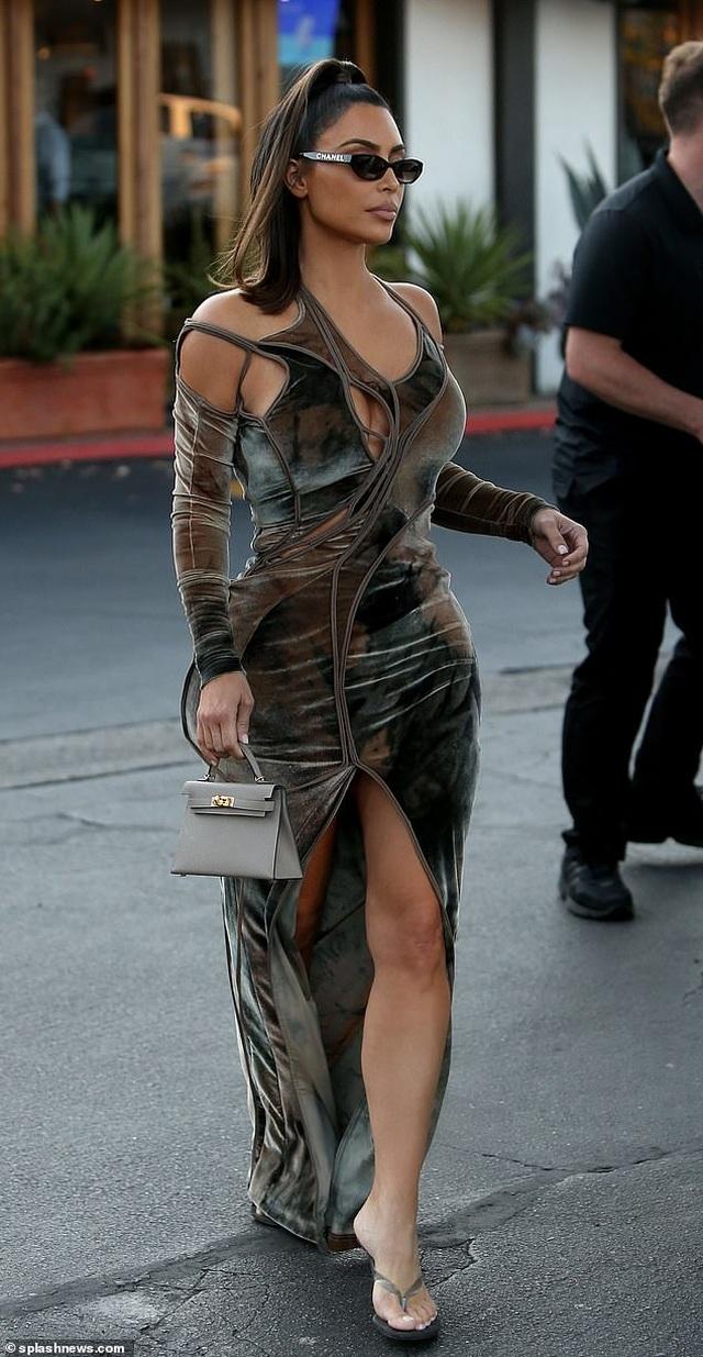 Kim Kardashian diện váy lạ mắt ra phố  - 1
