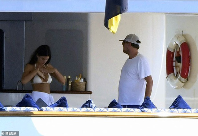 Leonardo DiCaprio và bạn gái tình tứ trên du thuyền - 5