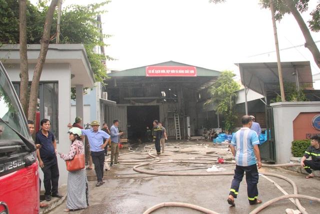 Hiện trường kho xưởng bị cháy gần trung tâm thương mại Aeon Mall Long Biên - 2