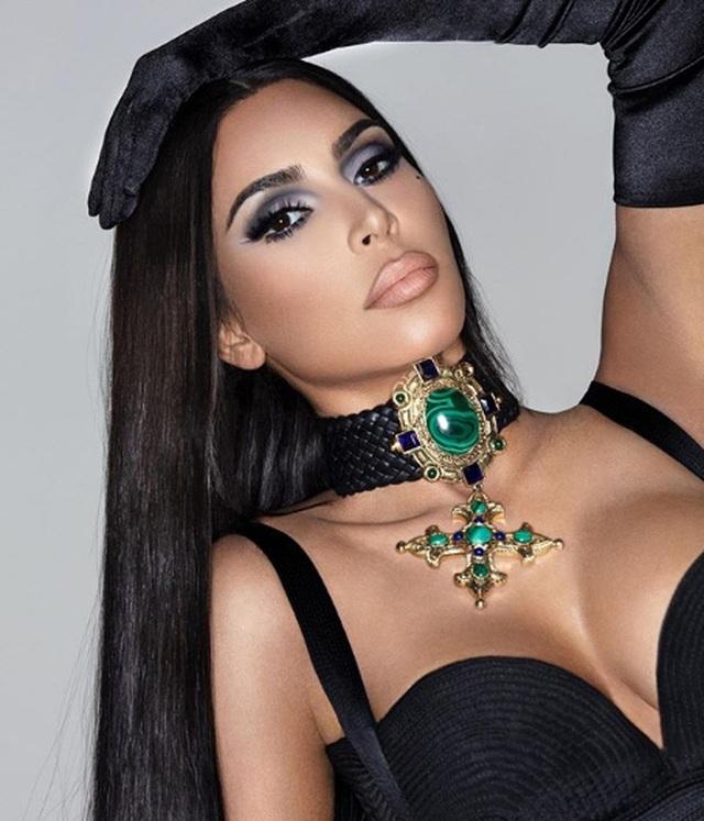 Kim Kardashian diện váy lạ mắt ra phố  - 7