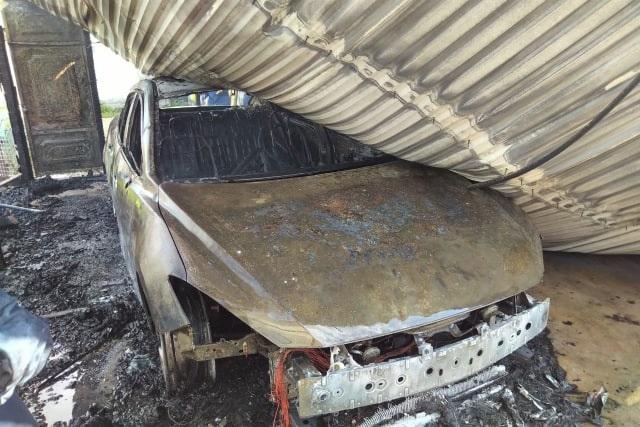Ô tô bất ngờ bốc cháy dữ dội khi để trong gara - 1