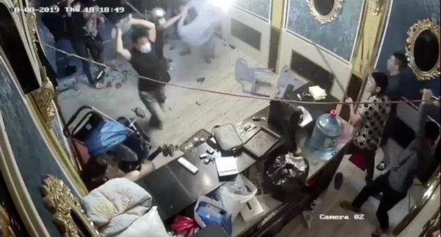 Nhóm người ngang nhiên đập phá nhà hàng ở trung tâm Sài Gòn - 1