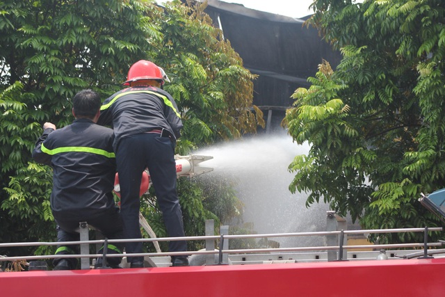 Hiện trường kho xưởng bị cháy gần trung tâm thương mại Aeon Mall Long Biên - 7