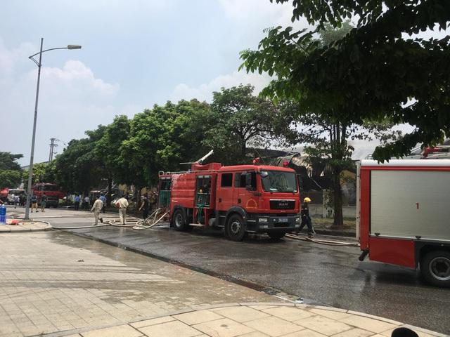 Hiện trường kho xưởng bị cháy gần trung tâm thương mại Aeon Mall Long Biên - 4