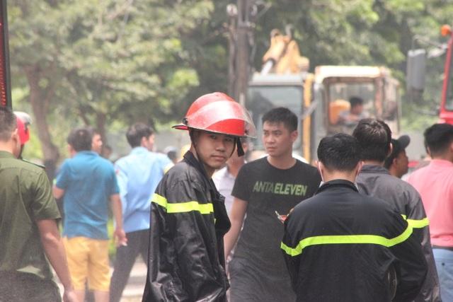 Hiện trường kho xưởng bị cháy gần trung tâm thương mại Aeon Mall Long Biên - 8