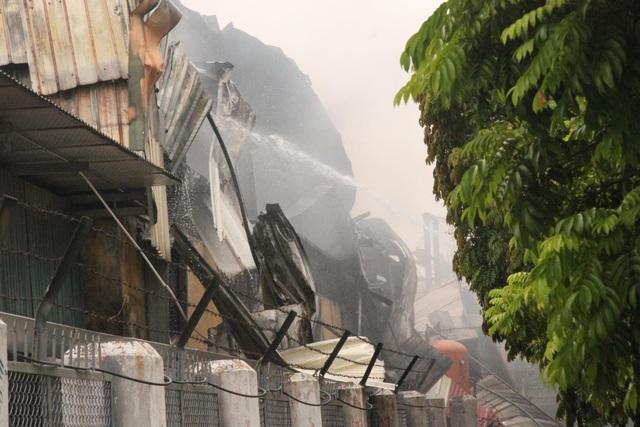 Hiện trường kho xưởng bị cháy gần trung tâm thương mại Aeon Mall Long Biên - 5