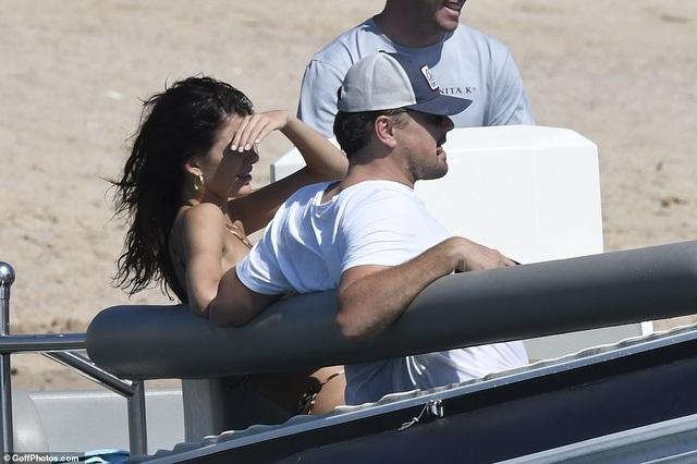 Leonardo DiCaprio lộ bụng phệ bên bạn gái kém 22 tuổi - 11