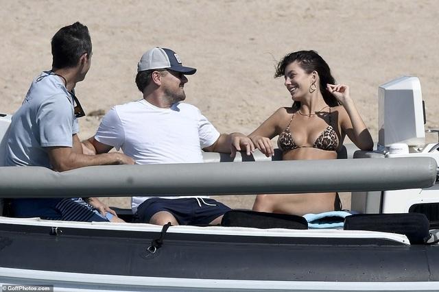 Leonardo DiCaprio lộ bụng phệ bên bạn gái kém 22 tuổi - 12