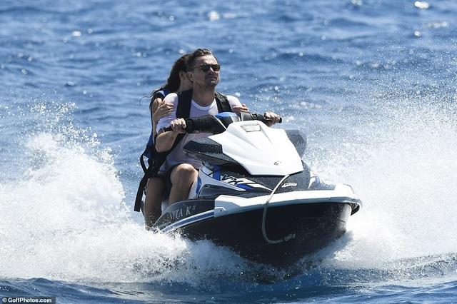 Leonardo DiCaprio lộ bụng phệ bên bạn gái kém 22 tuổi - 13