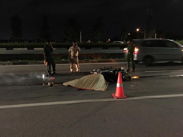 Tông vào xe tải đang dừng sửa chữa bên đường,  nam thanh niên tử vong tại chỗ - 1