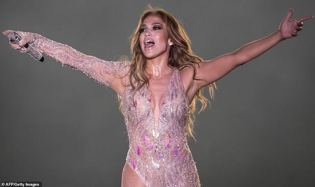 Jennifer Lopez đốt cháy sân khấu với vũ điệu và trang phục bốc lửa - 1