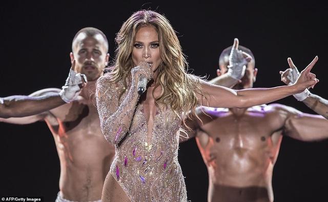 Jennifer Lopez đốt cháy sân khấu với vũ điệu và trang phục bốc lửa - 2