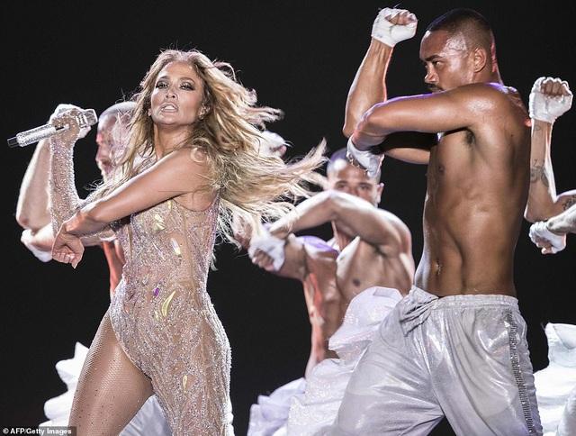 Jennifer Lopez đốt cháy sân khấu với vũ điệu và trang phục bốc lửa - 4