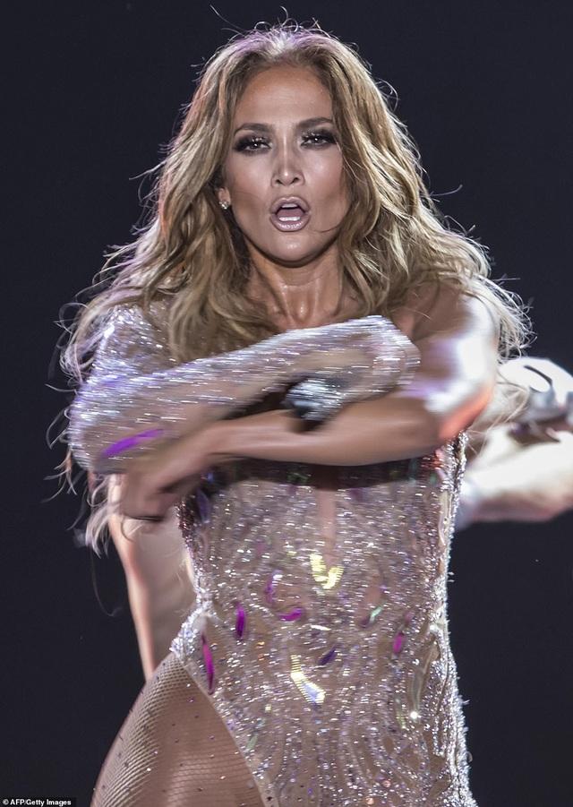 Jennifer Lopez đốt cháy sân khấu với vũ điệu và trang phục bốc lửa - 3
