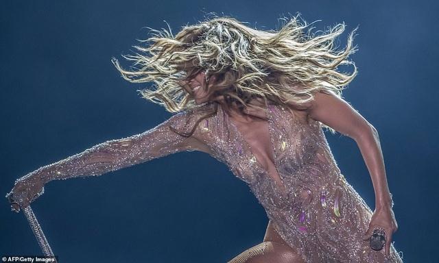 Jennifer Lopez đốt cháy sân khấu với vũ điệu và trang phục bốc lửa - 6