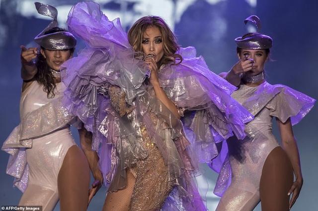 Jennifer Lopez đốt cháy sân khấu với vũ điệu và trang phục bốc lửa - 8