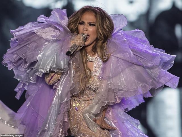Jennifer Lopez đốt cháy sân khấu với vũ điệu và trang phục bốc lửa - 9