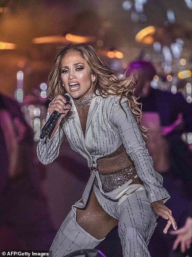 Jennifer Lopez đốt cháy sân khấu với vũ điệu và trang phục bốc lửa - 10