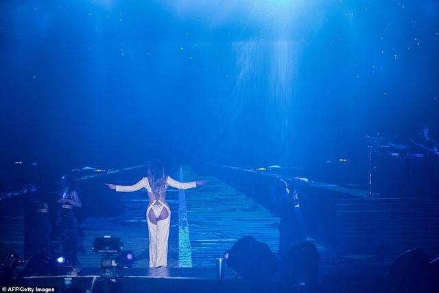 Jennifer Lopez đốt cháy sân khấu với vũ điệu và trang phục bốc lửa - 11