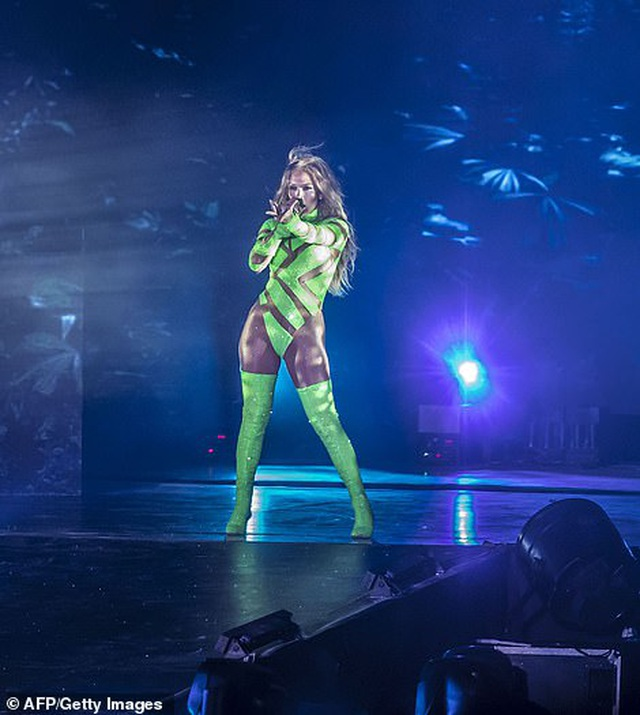 Jennifer Lopez đốt cháy sân khấu với vũ điệu và trang phục bốc lửa - 12