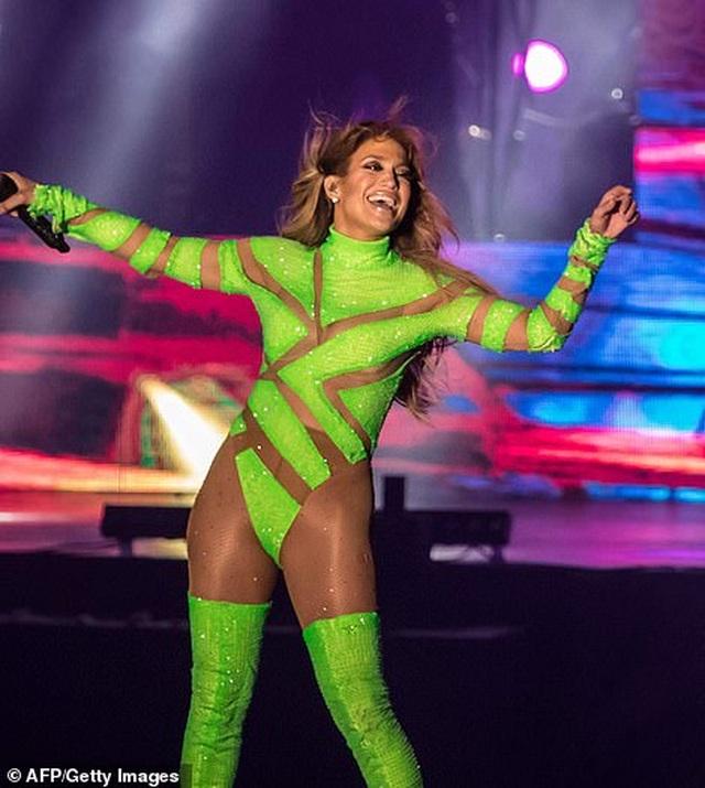 Jennifer Lopez đốt cháy sân khấu với vũ điệu và trang phục bốc lửa - 13