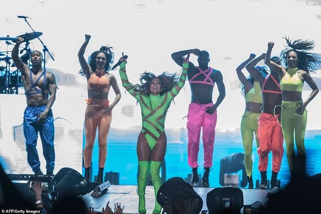 Jennifer Lopez đốt cháy sân khấu với vũ điệu và trang phục bốc lửa - 14