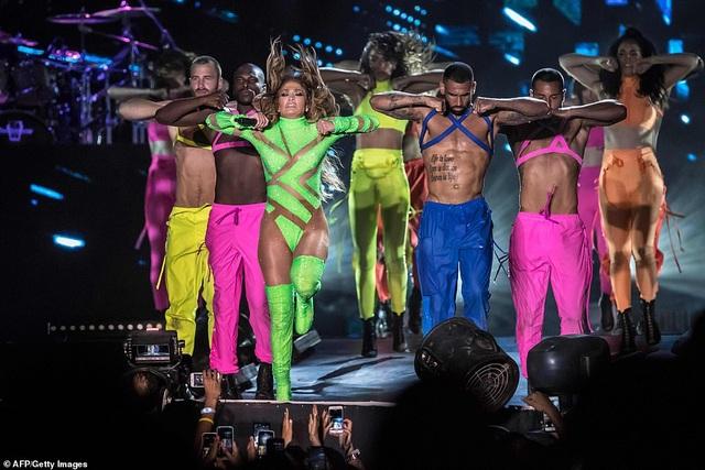 Jennifer Lopez đốt cháy sân khấu với vũ điệu và trang phục bốc lửa - 15