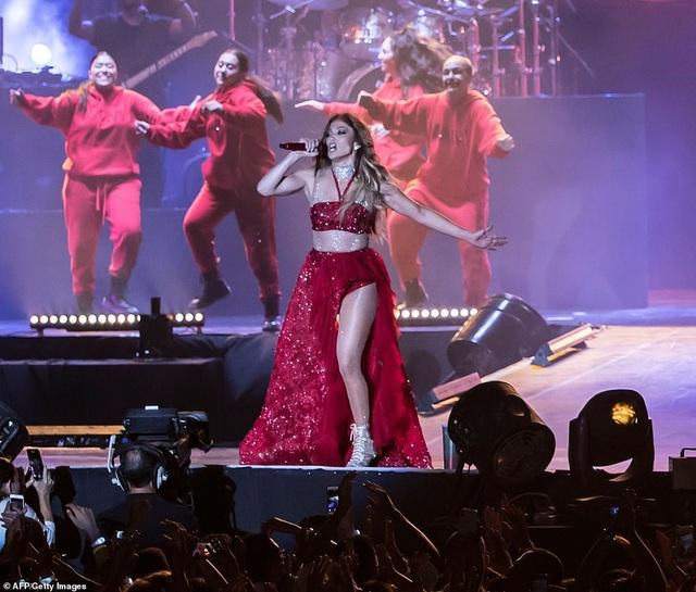 Jennifer Lopez đốt cháy sân khấu với vũ điệu và trang phục bốc lửa - 16