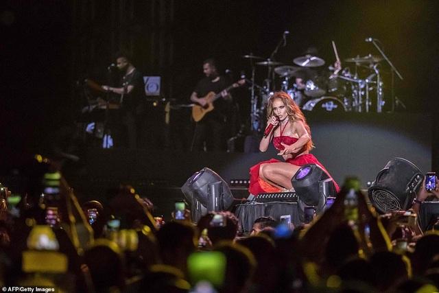 Jennifer Lopez đốt cháy sân khấu với vũ điệu và trang phục bốc lửa - 17
