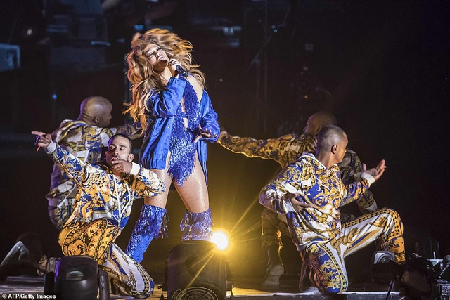 Jennifer Lopez đốt cháy sân khấu với vũ điệu và trang phục bốc lửa - 18