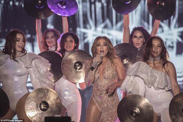 Jennifer Lopez đốt cháy sân khấu với vũ điệu và trang phục bốc lửa - 19